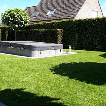 Kunstgras-en-zwembad-in-tuin